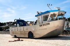 Nave amfibia sulla spiaggia urbana in La Houle del porto Fotografia Stock