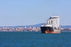 Nave anclada en el estuario del río Tagus en Lisboa Fotografía de archivo libre de regalías