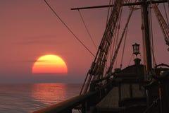 Nave antigua en la puesta del sol stock de ilustración