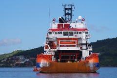 Nave appoggio al contratto seguente aspettante di ancoraggio all'interno di olio e di industria del gas immagini stock
