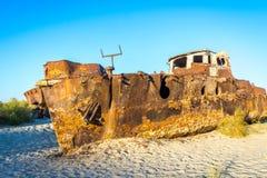 Nave arrugginita nel cimitero della nave, l'Uzbekistan Immagine Stock Libera da Diritti
