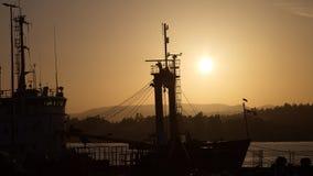 Nave atracada en la puesta del sol, Victoria, A.C., Canadá Imagenes de archivo