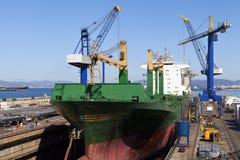 Nave in bacino di carenaggio per le riparazioni Immagini Stock