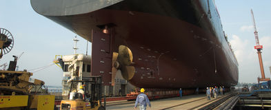 Nave in bacino di carenaggio Singapore Immagine Stock