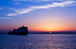 Nave bajo puesta del sol Foto de archivo libre de regalías