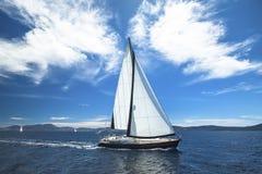 nave Barca di lusso che viaggia sul mare yachting Immagine Stock Libera da Diritti