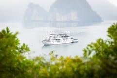 Nave bianca che attraversa la baia di Halong nel Vietnam, Asia. Fotografia Stock