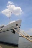 Nave blanca amarrada en muelle Fotografía de archivo