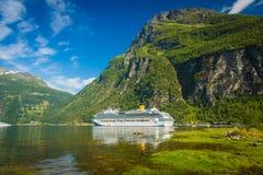 Nave blanca grande en Geiranger, Noruega Fotografía de archivo libre de regalías