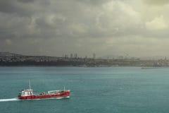Nave che attraversa il Bosforo, Costantinopoli, Turchia Fotografie Stock