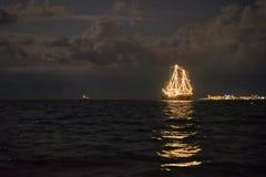 Nave che emette luce nel mare fotografia stock libera da diritti