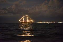 Nave che emette luce nel mare fotografia stock
