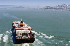 Nave che entra in San Francisco immagini stock libere da diritti
