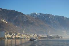 Nave che gira verso Montreux con le montagne nei precedenti fotografia stock