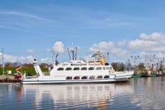 Nave che lascia il porto Fotografia Stock Libera da Diritti