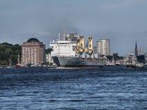 Nave che lascia il porto di Amburgo immagini stock