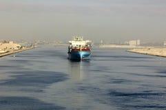 Nave che passa tramite il canale di Suez fotografia stock libera da diritti