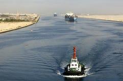 Nave che passa tramite il canale di Suez Immagini Stock Libere da Diritti