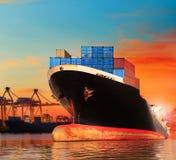 Nave comercial del Bic en la importación, uso del embarcadero de la exportación para el transpo del buque imagen de archivo