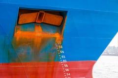 Nave con la escala del proyecto y ancla oxidada en el arco Imágenes de archivo libres de regalías