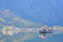 Nave crusing en el lago Hallstatt Fotografía de archivo