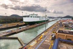 Nave da carico che passa tramite le serrature di Miraflores in canale di Panama fotografia stock libera da diritti
