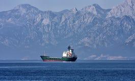 Nave da carico davanti alle montagne Immagini Stock Libere da Diritti