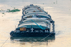 Nave da carico di Tug Boat nel Chao Phraya nella sera Immagini Stock Libere da Diritti