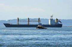 Nave da carico e barca della tirata Fotografia Stock Libera da Diritti