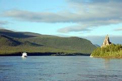 Nave da carico e roccia al fiume Russia di Kolyma Immagini Stock