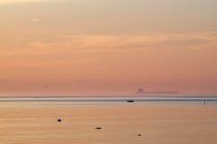 Nave da carico in foschia dell'acqua blu dopo il tramonto Fotografie Stock Libere da Diritti