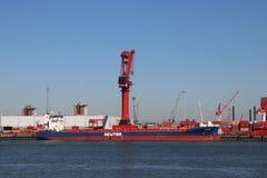 Nave da carico Frisiana al porto della gru di Mammoet a Vlaardingen vicino a porto di Rotterdam fotografia stock libera da diritti