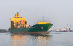 Nave da carico nel fiume Immagini Stock Libere da Diritti