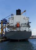 Nave da carico nel mare con la piccola barca arancio immagine stock libera da diritti
