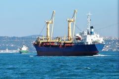 Nave da carico nel mare del Bosporus, Costantinopoli Fotografia Stock Libera da Diritti