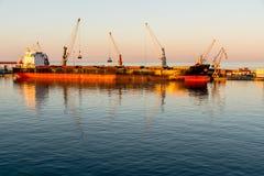 Nave da carico nel porto Fotografie Stock
