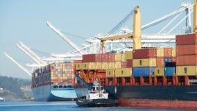 Nave da carico NIKOLAS che entra nel porto di Oakland immagine stock libera da diritti