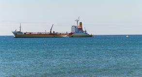 Nave da carico in oceano Fotografie Stock