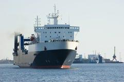Nave da carico in porto Fotografia Stock Libera da Diritti