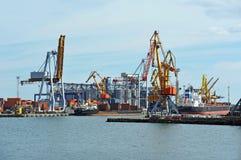 Nave da carico in serie sotto la gru del porto Fotografia Stock Libera da Diritti