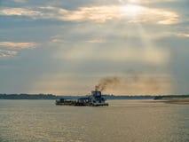 Nave da carico sul fiume di Irrawaddy, Myanmar immagini stock