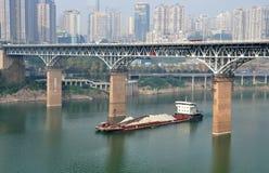 Nave da carico sul fiume di Yangtze Immagine Stock