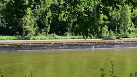 Nave da carico sul fiume Mosella, Germania archivi video