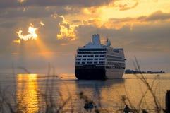 Nave da crociera al tramonto. Fotografie Stock Libere da Diritti