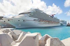 Nave da crociera ancorata nella porta di destinazione caraibica Fotografia Stock Libera da Diritti