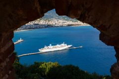 Nave da crociera attraverso il foro di vecchio castello in Alanya fotografia stock libera da diritti