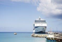 Nave da crociera blu e bianca e barca pilota Fotografia Stock Libera da Diritti