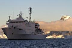 Nave da crociera che è ancorata al tramonto su un fondo del supporto Fotografie Stock Libere da Diritti
