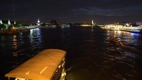 Nave da crociera che naviga giù del fiume al tempo del partito di notte lungo la metropoli video d archivio
