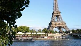 Nave da crociera che passa la Senna vicino alla torre Eiffel a Parigi stock footage